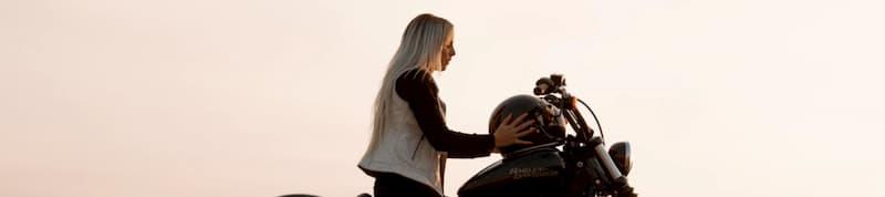 バイク女子、バイクに乗る女性が髪をなびかせてはいけない理由