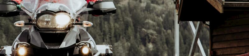 エンジンガードにはバッグやフォグランプ、カメラなどを設置できる