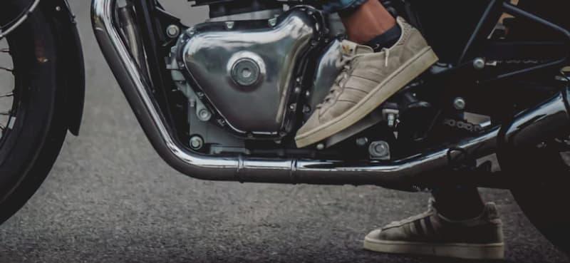 右足を着く前は必ず後方確認【バイク乗り方手順】