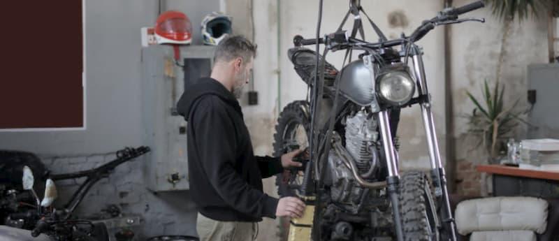 バイクを修理中