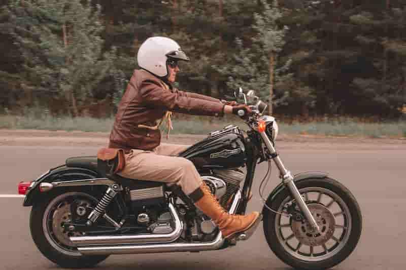 背筋も腕も伸びている【バイクが下手な人の特徴・バイク初心者あるある】