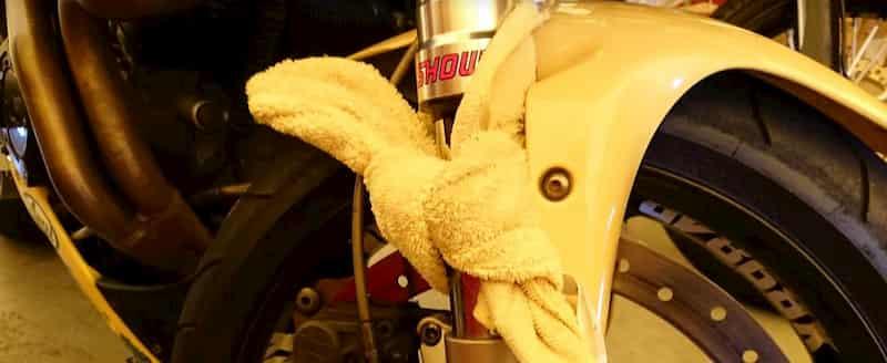 フロントフォークのオイル漏れに対応するタオル