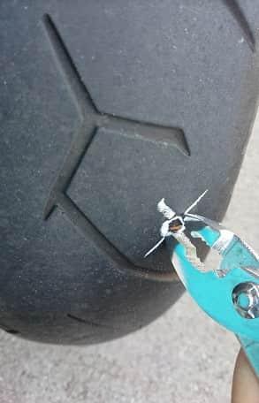 異物を抜いてスクリュードライバーを刺す【バイクのパンク修理】