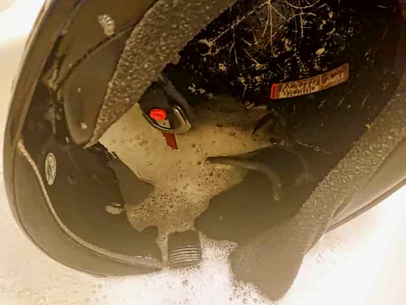 ヘルメットの外装の洗い方
