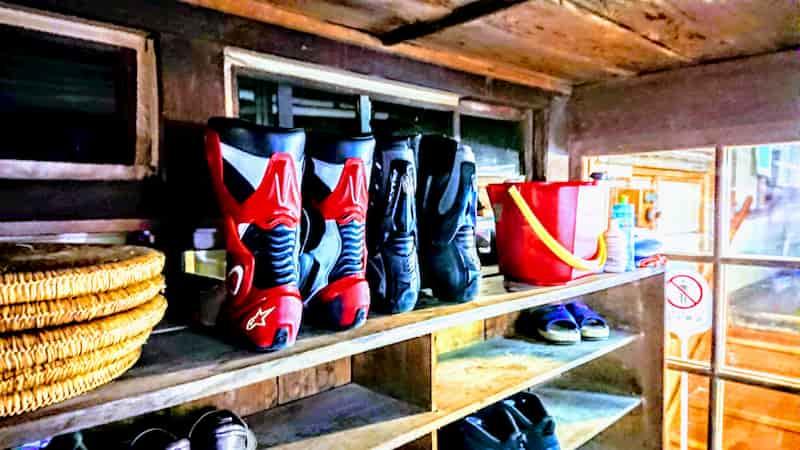 山中の宿でのレーシングブーツ