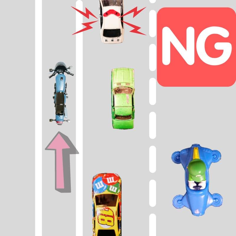 路側帯のすり抜けは違法。高速道路もこれ。