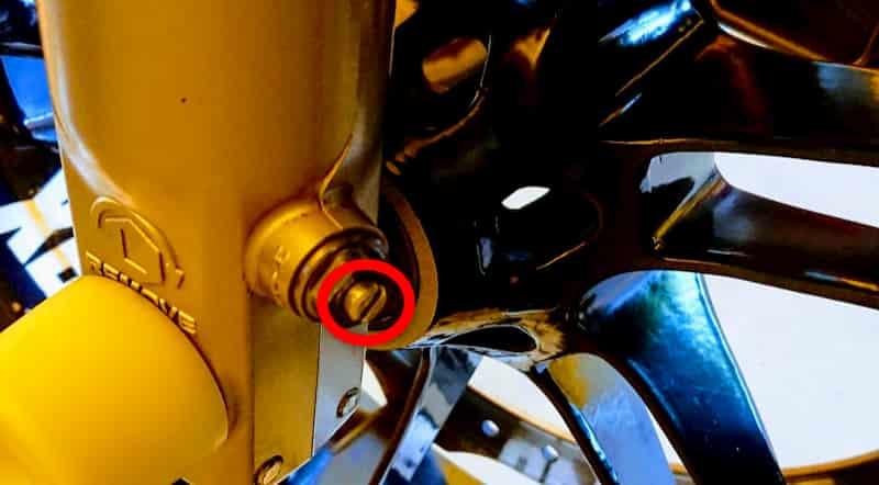 バイクのフロントコンプレッションをサス調整する様子