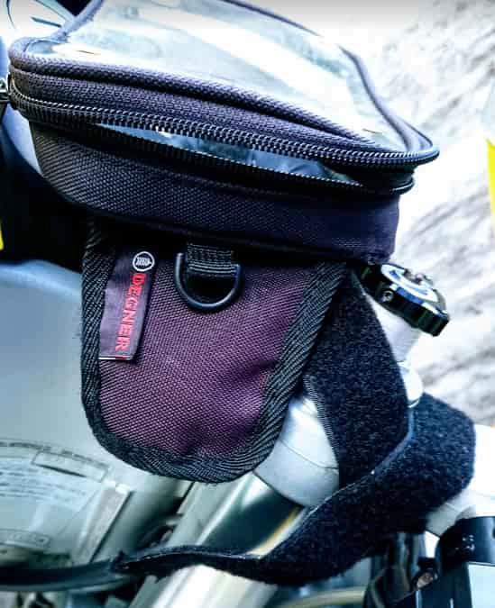 セパハンのバイクにモバイルバッテリーを固定する方法