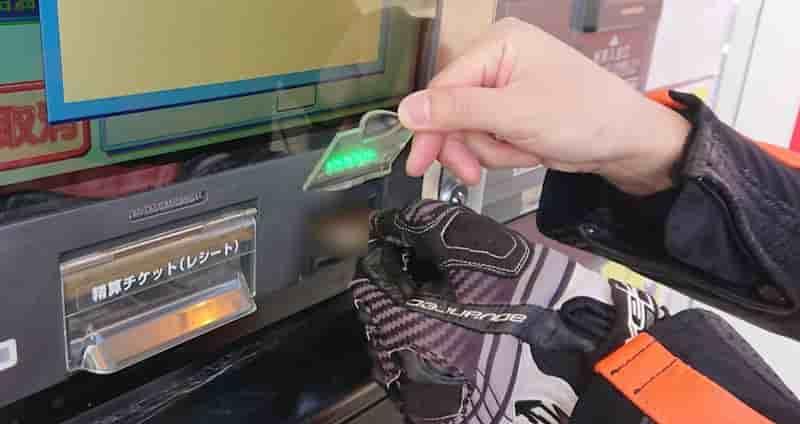 給油機にクレジットカードを入れる原付、バイクのガソリンの入れ方