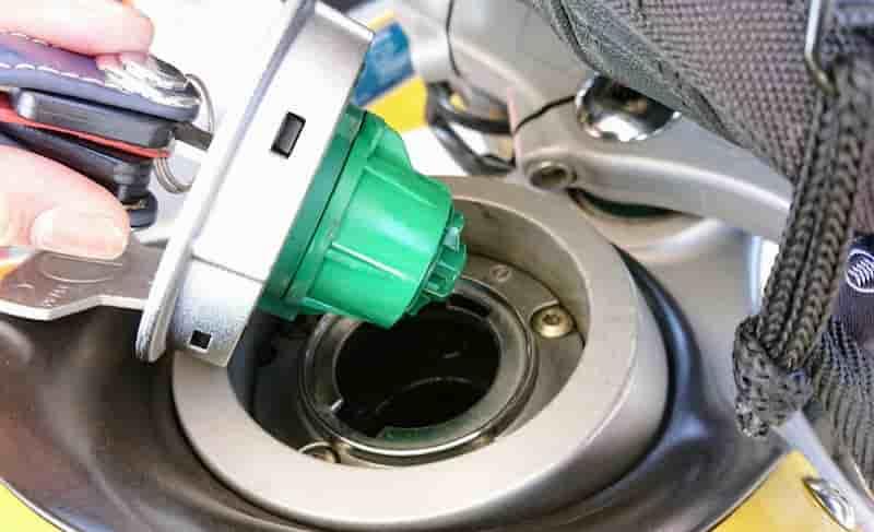 給油口が外れるバイク原付、バイクのガソリンの入れ方