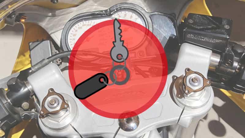 バイクにキーホルダーを使ってはいけない【バイクのキーホルダーは革もキーケースもダメ!】