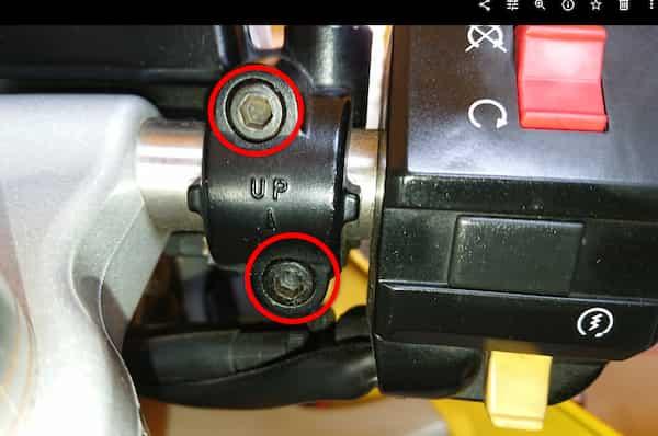 バイクのブレーキレバーの角度調整のために緩めるボルト