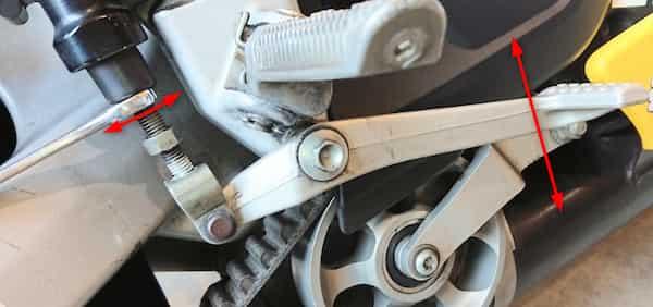 バイクブレーキペダルアジャスターナットを回して高さを調整する
