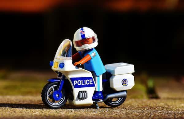 バイクが白バイ追尾でのスピード違反取り締まりで捕まらない方法